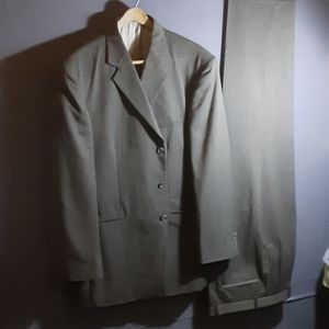 44L J Ferrar green w/black 2 pc suit